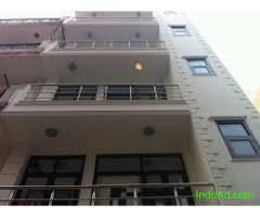 Corner 3bhk  flat 2nd floor for sale at Pataudi House, daryaganj @90 lakhs
